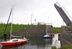 Die Hubbrücke, die den Uferrundweg des Markkleeberger Sees über den Verbindungskanal führt, wird ab nun regelmäßig bewegt. Foto: EGW