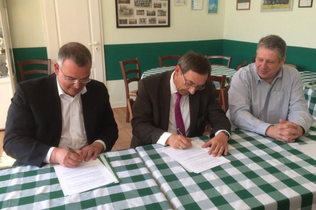 Christian Rocca (Präsident Eintracht Süd) und Bernd Wickfelder (Vorstand FFV) unterzeichnen die Kooperationsvereinbarung. Foto: FFV/ELS