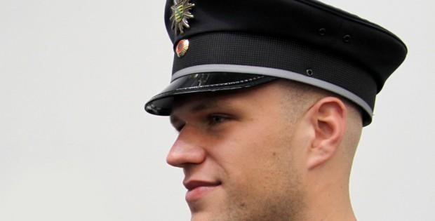 Sächsischer Polizist - hier bei der Neueinkleidung 2010. Foto: Matthias Weidemann