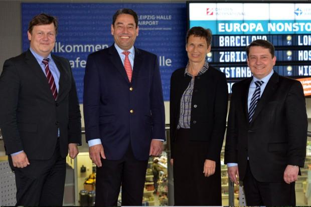 Markus Kopp (2.v.l.), Vorstand der Mitteldeutschen Flughafen AG, und Dierk Näther (1.v.r.), Geschäftsführer Flughafen Leipzig/Halle, empfangen Prof. Gesine Grande (2.v.r.) und Prof. Markus Krabbes (1.v.l.) anlässlich der Kooperationsunterzeichnung. Foto: Uwe Schoßig