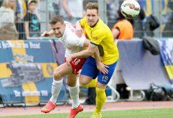 Kampf um den Ball zwischen Vincent Rabiega (RB II) und Marcel Trojandt (Lok). Foto: Bernd Scharfe