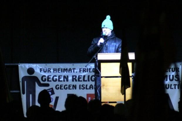 Man kennt sich: Silvio Rösler ruft am am 9. März auf dem Augustusplatz im Namen Legidas zur Unterstützung Alexander K.s auf, nachdem dieser in einer Leipziger Kneipe attackiert worden war. Foto: L-IZ.de