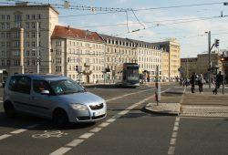 Eine Straßenbahn der Linie 9 fährt von der Kreuzung Roßplatz in die Haltestelle in der Grünewaldstraße ein. Foto: Ralf Julke