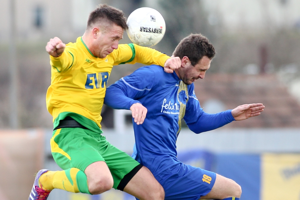Hart zur Sache Sache ging es in der Luft zwischen Bartosz Latuszek (Rudolstadt) und Ronny Surma (1. FC Lok). Foto: Bernd Scharfe