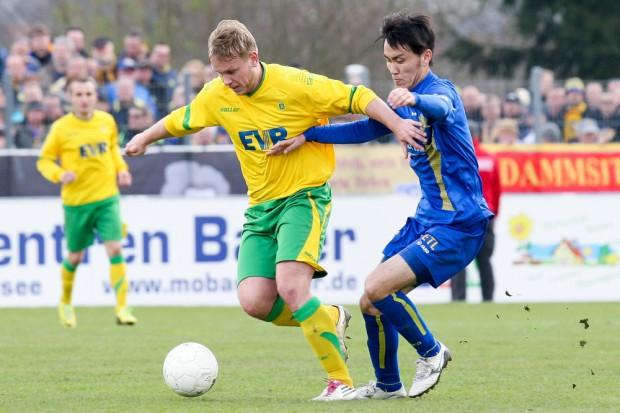 Rico Heuschkel (Rudolstadt) und Hiromu Watahiki (1. FC Lok) im Zweikampf. Foto: Bernd Scharfe