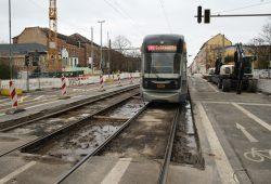 Straßenbahn Richtung Schkeuditz passiert die Baustelle an der Kirschbergstraße. Foto: Ralf Julke