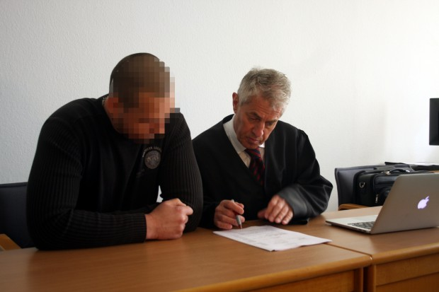 Sebastian E. mit Verteidiger Stephan Bonell. Foto: Alexander Böhm