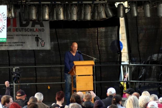Silvio Rösler auf der Bühne am Simsonplatz (Anfang der Demonstration). Foto: L-IZ.de