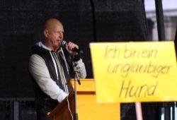 Legida-Veranstalter Silvio Rösler (am 27. April auf der Bühne) auf der Suche nach einem Empfänger für 150 Euro. Foto: L-IZ.de