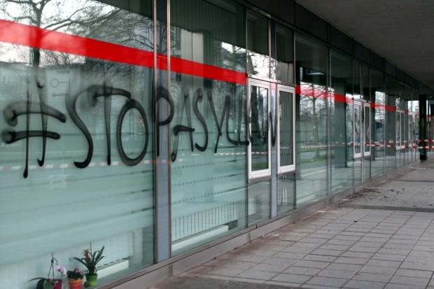 """Steine, Farbbeutel und ein Schriftzug """"stopasyllaw"""" heute am Technischen Rathaus in der Prager Straße, welches auch die Ausländerbehörde beheimatet. Foto: PD Leipzig"""