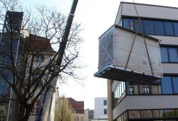 """""""Validlab"""" fürs Hochschuldach: Am 14. April hebt ein Kran eine drei Tonnen schwere Laborzelle auf den Föppl-Bau der HTWK Leipzig. Künftig werden in luftiger Höhe mit dieser und einer weiteren baugleichen Zelle Fassadenkonstruktionen erforscht. Foto: HTWK Leipzig"""