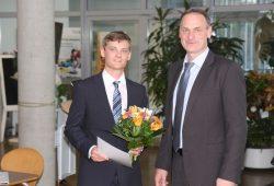 Für seine mit 1,0 bewertete Masterarbeit an der HTWK Leipzig bekommt Manuel Wiersch (links) den VDE-Preis die mit 500 Euro dozierte Auszeichnung von Dr.-Ing. Olaf Winne (1. Vorsitzender des VDE-Bezirksvereins Leipzig/Halle). Foto: HTWK Leipzig