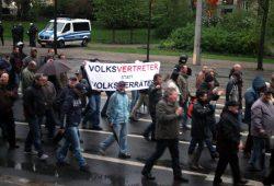 """Politiker als """"Volksverräter"""" - immer wieder mit brachialen Parolen auf der Suche nach der hohen Moral. Legida am 27. April in Leipzig. Foto: L-IZ.de"""