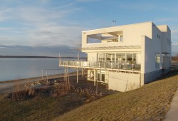Uferbebauung am Cospudener See: das Weiße Haus. Foto: Patrick Kulow