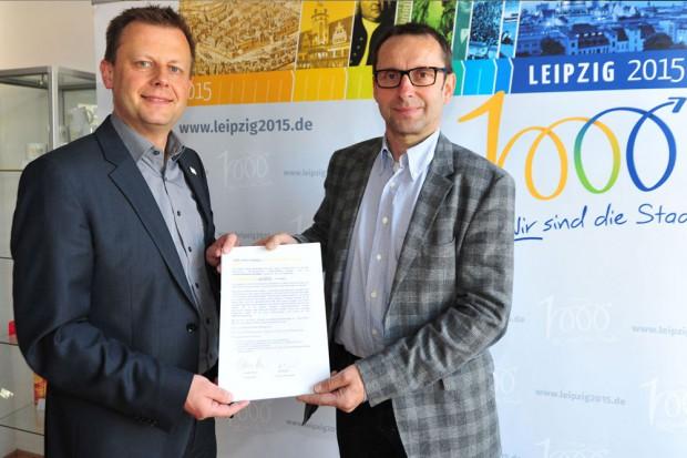 v.l. Torsten Bonew und Roman Schulz mit dem Aufruf an die Grundschulen. Foto: Dieter Grundmann/Westend-PR