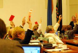 Der Stadtrat tagt mindestens einmal im Monat, Ausschusssitzungen und andere Versammlungen kommen noch dazu. Hier die Fraktion Die Linke bei einer Abstimmung 2014. Foto: L-IZ.de