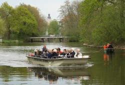 Leipziger Klassiker: Bootsherold unterwegs am Palmgartenwehr. Foto: Ralf Julke