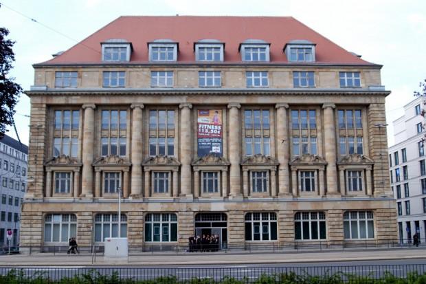 """Das Alte Landratsamt am Tröndlinring am Freitag. Das Programm hat begonnen, am Samstag wird """"Majdanek Waltz"""" auftreten. Foto: L-IZ.de"""