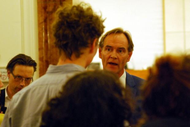 Während der Sitzung am 25. Februar: Debatte auch in der Pause mit Bürgern vor dem Ratssaal für den OBM. Nach etwa 20 Minuten geht es dann meist weiter mit Teil 2 der Sitzung. Foto: L-IZ.de