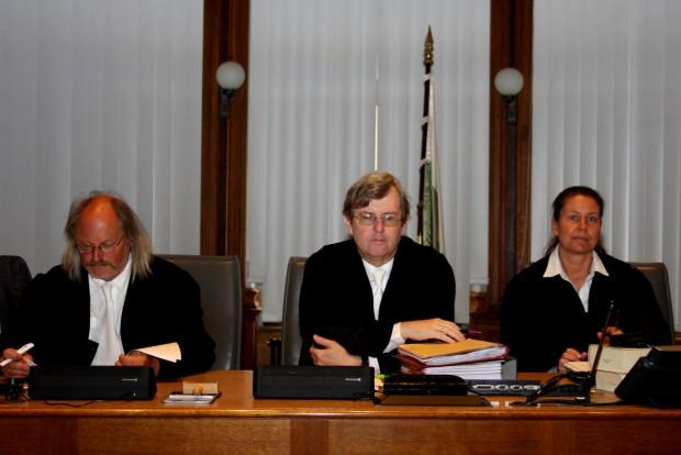 Die 1. Strafkammer v.l.n.r. André Scholz, Vorsitzende Hans Jagenlauf, Alexandra Kraske. Foto: Alexander Böhm