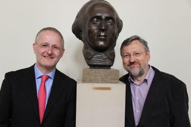 Prof. Martin Kürschner (rechts) und Prof. Robert Ehrlich, im Hintergrund Hochschulgründer Felix Mendelssohn Bartholdy. Foto: HMT