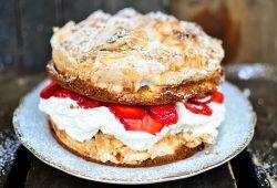 Erdbeer-Baiser-Torte. Foto: Maike Klose