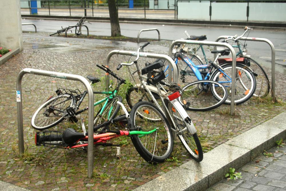 Gestrandet: Herrenlose Fahrräder als Ausschlachtobjekte am Connewitzer Kreuz. Foto: Ralf Julke