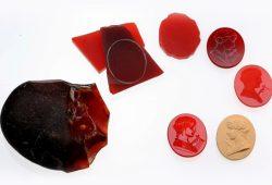 Eine für die Ausstellung angefertigte Serie des Edelsteingraveurs Gerhard Schmidt (Idar Oberstein), in der der Weg vom Rohmaterial zum fertigen geschnittenen Stein nachvollzogen werden kann. Foto: Gerhard Schmidt