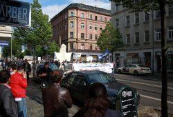 Zuschauer in der Eisenbahnstraße beobachten Demonstrationszug. Foto: Alexander Böhm