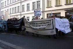 Parade zieht nach kurzer Zwischenkundgebung weiter. Foto: Alexander Böhm