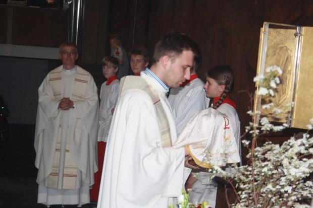 Kaplan Przemyslaw Kostorz entnimmt die eucharistischen Gaben aus dem Tabernakel. Foto: Ernst-Ulrich Kneitschel