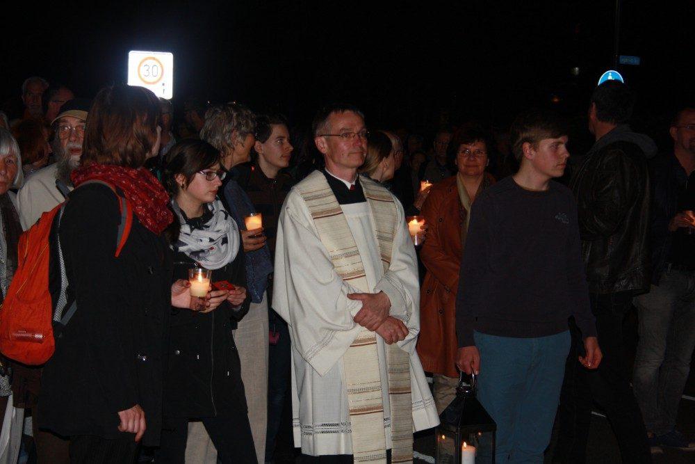 Propst Gregor Giele zieht mit der Gemeinde vom Rosental zum Ring. Foto: Ernst-Ulrich Kneitschel
