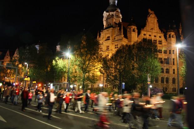 Katholiken ziehen am Neuen Rathaus vorbei zum neuen Standort. Foto: Ernst-Ulrich Kneitschel