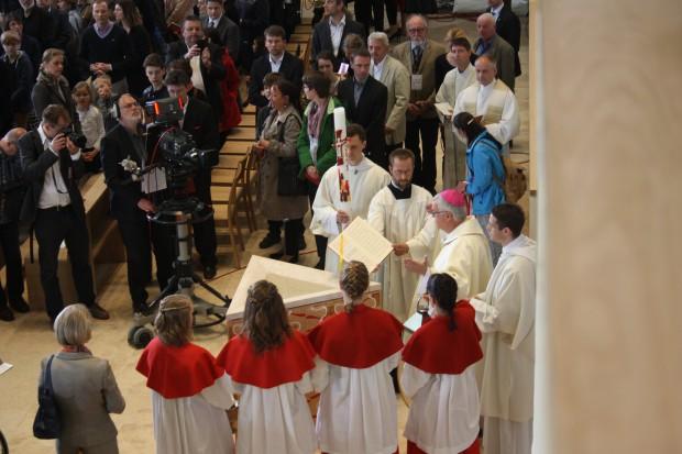 Bischof Koch segnet das Wasser des Taufbeckens. Foto: Ernst-Ulrich Kneitschel