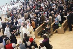 Bischof, Kameramann und Gemeinde beim Kirchweihgottesdienst. Foto: Ernst-Ulrich Kneitschel