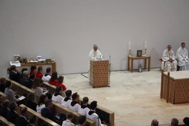 Bischof Koch hält die erste Predigt in der Kirche. Foto: Ernst-Ulrich Kneitschel