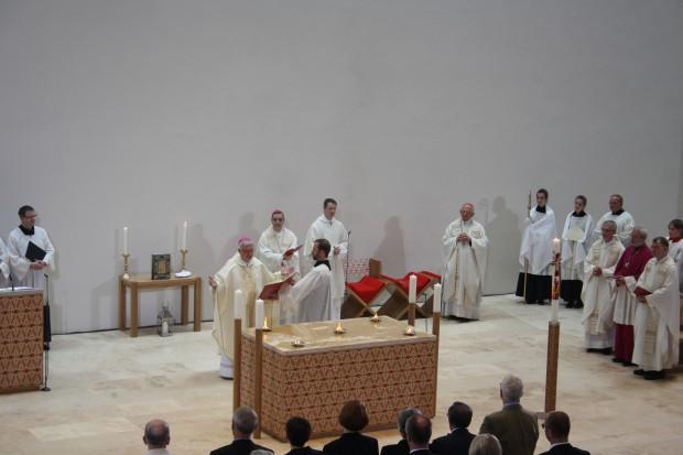 Salbung des Altars durch Bischof Heiner Koch. Foto: Ernst-Ulrich Kneitschel