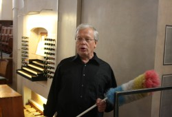 Thomasorganist Ullrich Böhme mit symbolischem Staubwedel. Foto: Ernst-Ulrich Kneitschel