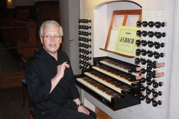 Thomasorganist Ullrich Böhme erklärt, was bei der Bach-Orgel getan werden muss. Foto: Ernst-Ulrich Kneitschel