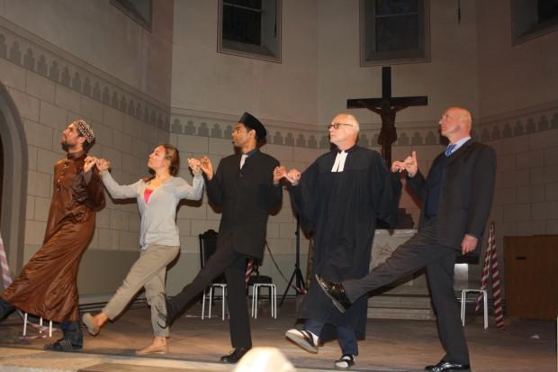 Konvertit, Zugezogene, Imam, Pfarrer, Vorsitzender im Tanz der Erinnerungen. Foto: Ernst-Ulrich Kneitschel