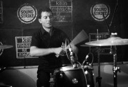 Jeans, der Schlagzeuger der Düsterpunklegende Fliehende Stürme. Foto: Stefan Müller