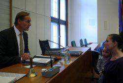 Zum Beginn der Ratssitzung kam es zu klaren Konfrontationen im Ratssaal zwischen wütenden Erzieherinnen und Müttern mit Oberbürgermeister Burkhard Jung. Foto: L-IZ.de