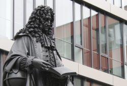 Das Leibniz-Denkmal von Ernst Julius Hähnel im Innenhof der Uni. Foto: Ralf Julke
