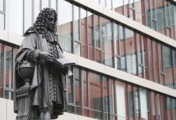 Leibniz-Denkmal im Innenhof des Uni-Campus. Foto: Ralf Julke