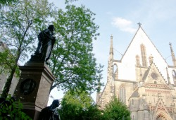 Zu Mendelssohns Zeiten standen an der Westseite der Kirche noch die Thomasschule und Nebengebäude. Das Mendelssohn-Denkmal zierte einst das alte Gewandhaus. Foto: Karsten Pietsch