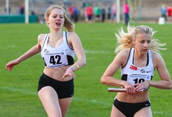 Lydia Kummich (#42) schickt Anna Kristin Fischer (#10) als LAZ-Schlussläuferin der 3x800m-Staffel U20 auf die Strecke. Foto: Jan Kaefer
