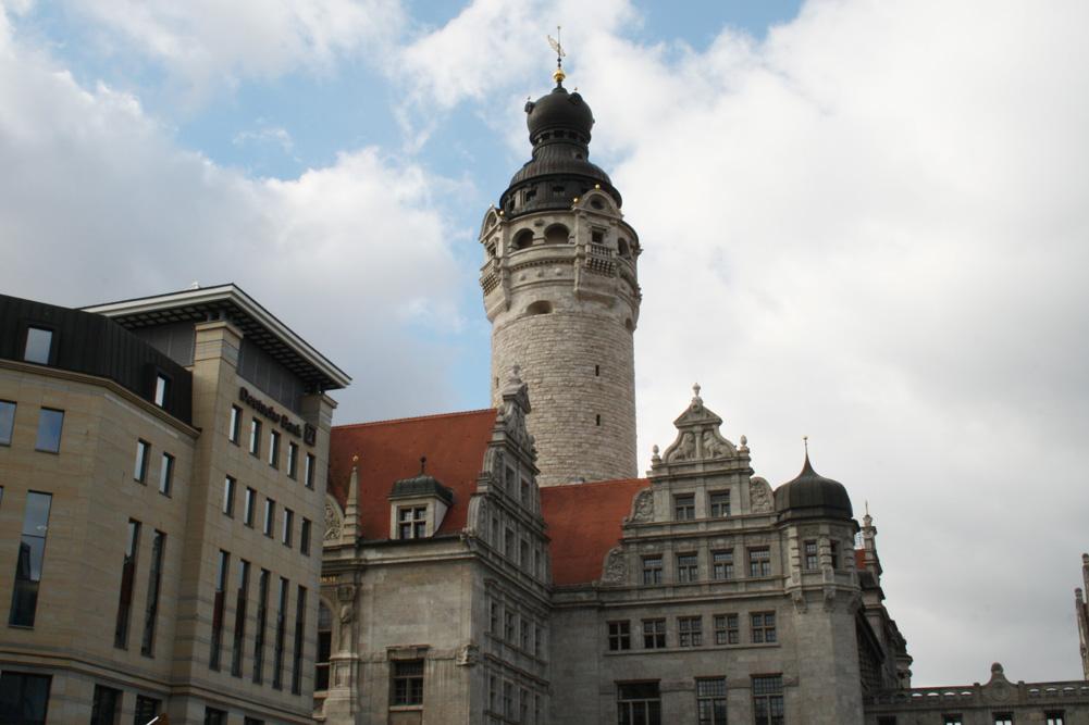 Neues Rathaus oder - auch von der Verwaltung gern so gesehen: eine neue Burg ... Foto: Ralf Julke