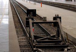 Der Bahnkunde macht den Prellbock für ein neues Gesetz. Foto: L-IZ.de