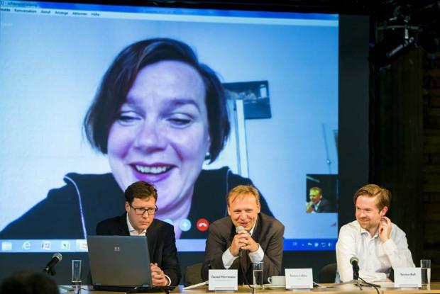 Hausregisseurin Claudia Bauer wurde per Skype zugeschaltet, weil sie wegen des Bahnstreiks nicht nach Leipzig kommen konnte. Foto: Rolf Arnold