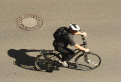 Leipziger Radfahrer - eindeutig zu schnell für die Kamera. Foto: Ralf Julke